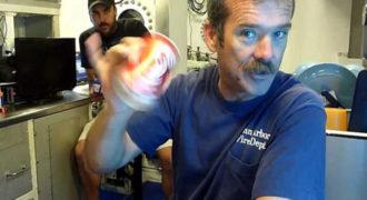 Τι θα συμβεί αν ανοίξεις ένα κουνημένο αναψυκτικό στον βυθό της θάλασσας; (Βίντεο)