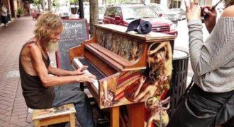 Ένας άστεγος άντρας κάθισε να παίξει σε ένα Δημόσιο Πιάνο και όλοι έμειναν έκπληκτει με το ταλέντο του
