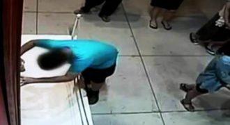 Αγόρι πέφτει σε μεγάλης αξίας πίνακα σε μουσείο και τον καταστρέφει (Βίντεο)