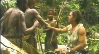 Πρωτόγονη φυλή βλέπει για πρώτη φορά λευκούς το 1976. Βίντεο ντοκουμέντο…