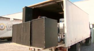 Ένας δήμαρχος εγκαθιστά 14.400 watt σύστημα ήχου για να τρομάξει τους ταξιδιώτες.