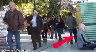Ένας εξωγήινος τρομοκρατεί τους περαστικούς στο κέντρο της Αθήνας…. Η αντίδραση τους;