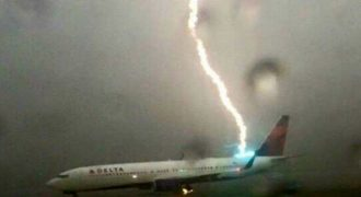 Κεραυνός χτύπησε αεροπλάνο σε αεροδρόμιο! (Βίντεο)