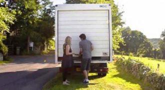 Αυτό το ζευγάρι ζει μέσα σε αυτό το φορτηγάκι…. Μόλις ανοίξει την πόρτα κάτι μοναδικό…