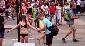 Γυναίκα γδύθηκε με μάτια δεμένα στο κέντρο του Λονδίνου για να … (video)