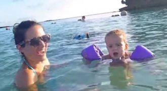 Αυτή η μητέρα βιντεοσκοπούσε τα παιδιά της στην παραλία, όταν πίσω τους παρατήρησε…