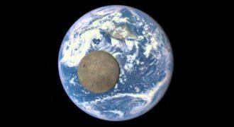 Δείτε τη Σελήνη να περνά γύρω από τη Γη σε λήψη από το Διάστημα!