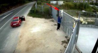 Άντρας προσπαθεί να ξεφορτωθεί το σκύλο του ρίχνοντας τον από φράχτη 3 μέτρων…