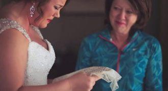 Περίμενε 20 χρόνια το γάμο της υιοθετημένης κόρης της. Σήμερα της δίνει ΑΥΤΟ το γράμμα…