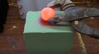Τοποθετεί μια κόκκινη καυτή μπάλα νικελίου πάνω σε ένα τετράγωνο κομμάτι αφρολέξ. Αυτό που γίνεται στη συνέχεια είναι τρελό!