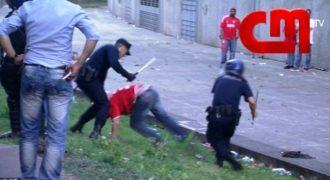 Βίντεο σοκ! Αστυνομικός ρίχνει γροθιές και χτυπά με γκλομπ, ένα φίλαθλο μπροστά στα παιδιά του. (βίντεο)…