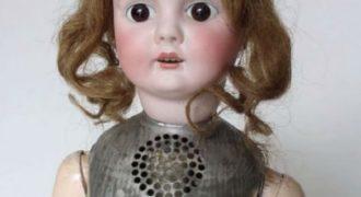 Αυτή η κούκλα κατασκευάστηκε το 1890. Εξωτερικά μοιάζει σαν όλες τις άλλες, μέσα της όμως κρύβει κάτι τρομακτικό.