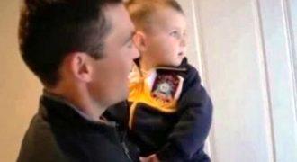 «Τα παιξε» ο πιτσιρικάς – Δείτε πώς αντιδρά όταν βλέπει για πρώτη φορά τον δίδυμο αδερφό του μπαμπά του! [video]