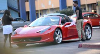 Οι γυναίκες κάνουν τα πάντα για έναν άντρα με Ferrari 458 Italia [Video]