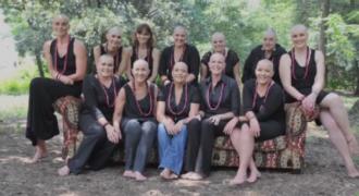 Ξύρισαν τα κεφάλια τους ως ένδειξη συμπαράστασης στην φίλη τους που παλεύει με τον καρκίνο!