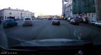 Ρωσίδα οδηγός έκανε Άθελα της το παρκάρισμα του αιώνα!