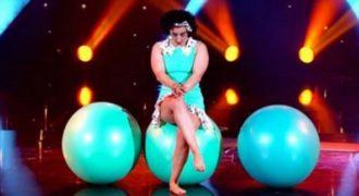 Η ντροπαλή γυμνάστρια κάθεται σε μία μπάλα και περιμένει.. Όταν σηκώσει τα μάτια της θα μείνετε άφωνοι!