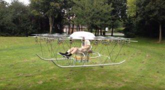 Αυτός ο άνθρωπος έφτιαξε το δικό του ελικόπτερο χρησιμοποιώντας πάνω από 50 Έλικες Drone.