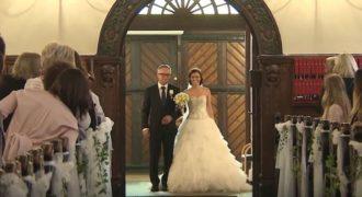 Πατέρας συνοδεύει την κόρη του στην εκκλησία τραγουδώντας μαζί της το αγαπημένο τους κομμάτι!