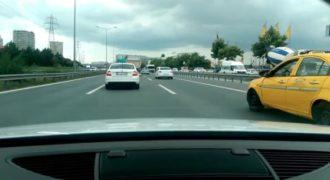 Ένα Audi TT πραγματοποιεί επικίνδυνα σλάλομ ανάμεσα στα αυτοκίνητα (Βίντεο)