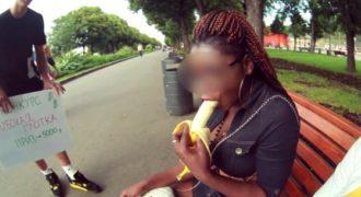 Νεαρός από την Ρωσία προσφέρει 5.000 ρούβλια σε όποιον βάλει πιο μέσα την μπανάνα.