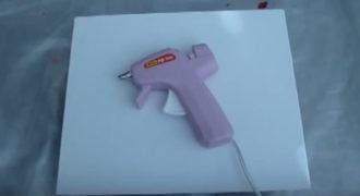 Βάζει τις κηρομπογιές μέσα στο πιστόλι κόλλας. Μια υπέροχη ιδέα για να παίξετε με τα παιδιά σας!