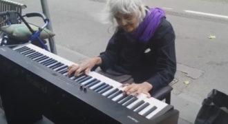 Μια ηλικιωμένη γυναίκα κάθεται και αρχίζει να παίζει πιάνο σε στάση λεωφορείου. Λίγο αργότερα; Θα τα χάσετε!
