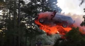 Αυτό το βίντεο ενός άντρα που πηδά έξω από ένα φλεγόμενο SUV, είναι το πιο τρελό πράγμα που θα δείτε αυτή την εβδομάδα