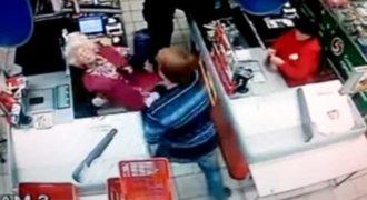 Σοκάρει το βίντεο με νεαρό να ρίχνει μπουνιά σε 61χρονη γυναίκα μέσα σε σούπερ μάρκετ χωρίς λόγο!