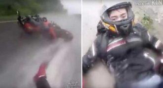 Μοτοσικλετιστής γλιστράει με την μηχανή του και προστατεύει την φίλη του