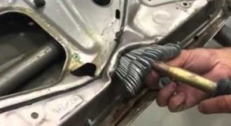 Ακουμπά πολλά μεταλλικά «γατζάκια» στο βούλιαγμα του αυτοκινήτου. Δείτε πώς το φτιάχνει σε λίγα λεπτά!