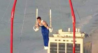 Κάνει ασκήσεις κρίκων πάνω από το Ρίο, μια… ανάσα από τον ουρανό!