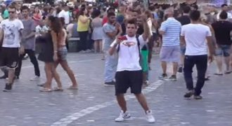Πήγε στο κέντρο της Αθήνας κι άρχισε να τραγουδά την «Πιο Ωραία στην Ελλάδα»!