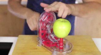 Αυτός ο γιαπωνέζικος καθαριστής μήλου είναι ίσως το πιο παράξενο εργαλείο που έχετε δει για την κουζίνα!