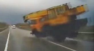 Απίστευτος οδηγός γερανού με σπασμένα φρένα, σε τρελή πορεία! Video