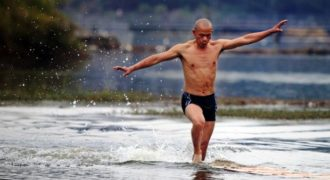 (Βίντεο) Ο μοναχός Σαολίν που «τρέχει» πάνω στην επιφάνεια της λίμνης! Κατάφερε να διασχίσει 125 μέτρα και ξεπέρασε προηγούμενο προσωπικό ρεκόρ…