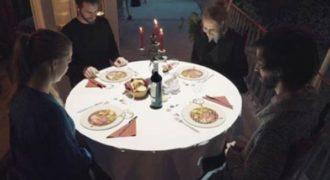 Τραπέζι μετατρέπεται σε κάτι εκπληκτικό όσο οι καλεσμένοι περιμένουν το γεύμα τους!