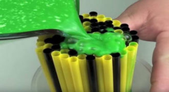 ΕΚΠΛΗΚΤΙΚΟ:Ρίχνει αυτό το… πράσινο πράγμα πάνω στα καλαμάκια- Μόλις δείτε γιατί θα ενθουσιαστείτε! (βίντεο)