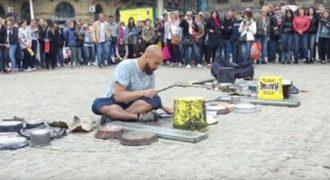 """Ο καλλιτέχνης του δρόμου που δημιουργεί """"ηλεκτρονική"""" μουσική από καθημερινά αντικείμενα. (Βίντεο)"""