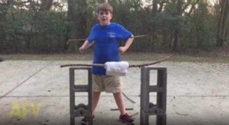 Παιδί με υπερφυσικές δυνάμεις κάνει μια επική επίδειξη στην οικογένεια του. (Βίντεο)