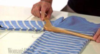 Παίρνει την κρεμάστρα και την τοποθετεί σε ένα πουλόβερ, ο λόγος που το κάνει πολύ χρήσιμο.