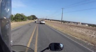 Ένας οδηγός ρίχνει μια μοτοσικλέτα στο έδαφος εξεπίτηδες χωρίς λόγο…. (Βίντεο)