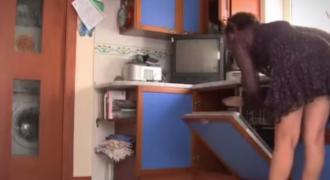Έβαλε κρυφή κάμερα για να δει τι κάνει η γυναίκα του όταν λείπει απο το Σπίτι