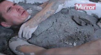 Μπήκε στην μπανιέρα και θάφτηκε στο τσιμέντο. Λίγο αργότερα…