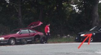Συγκινητικό: Κανένας δεν σταμάτησε να τον βοηθήσει όταν χάλασε το αυτοκίνητο του. Εκτός από ΕΝΑΝ !