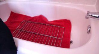 Πετάει τη βρώμικη σχάρα του φούρνου στη μπανιέρα. Γιατί? Πανέξυπνο!!