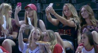 Τις ξεφτίλισαν γιατί έβγαλαν πολλές selfie στο γήπεδο!