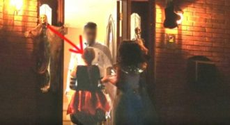 Μικρά κορίτσια χτυπούν την πόρτα ενός «περίεργου» άντρα. Ο χειρότερος εφιάλτης κάθε γονιού…