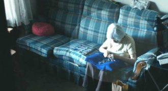 Έβαλαν κάμερα σε αυτή τη γιαγιά για να μάθουν τι κάνει όταν μένει μόνη. Αυτό που είδαν; Θα σας συγκλονίσει!