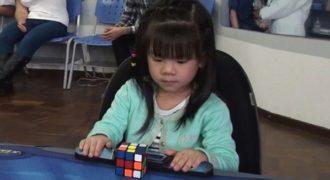 3χρονη από την Βραζιλία λύνει τον κύβο του Ρούμπικ σε μόλις 47 δευτερόλεπτα!